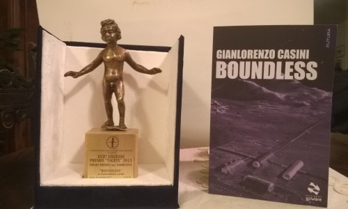 La statuetta del Premio Tagete con il libro Boundless di Gianlorenzo